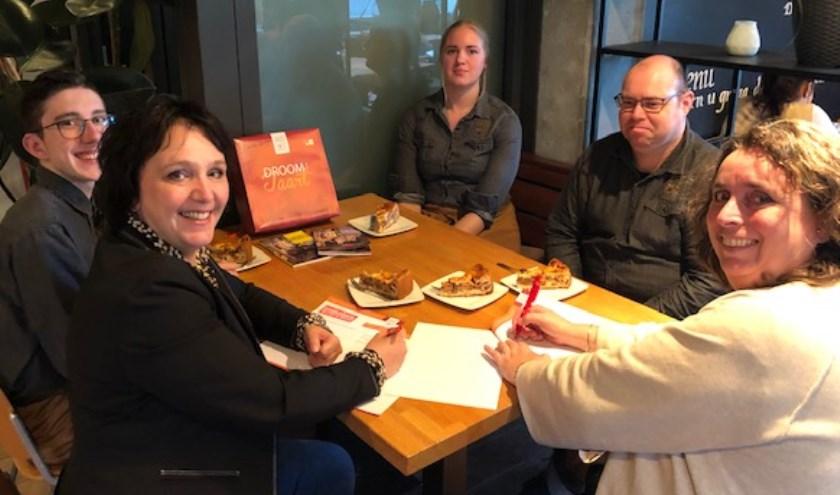 Het ondertekenen van het contract in het Lindenberg Café. Op de foto directeuren Teddy Vrijmoet en Jacobien den Biesen,en DROOM!-collega's Kevin, Sandra en Wilfred die op dit moment bij De Bastei werkzaam zijn.