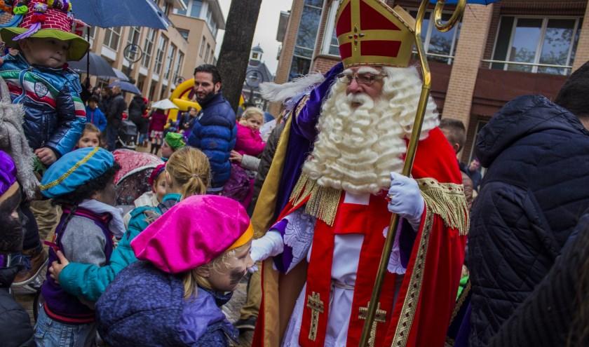 Een eerder bezoek van Sinterklaas aan de kinderen in Valkenswaard. Foto: Archief.
