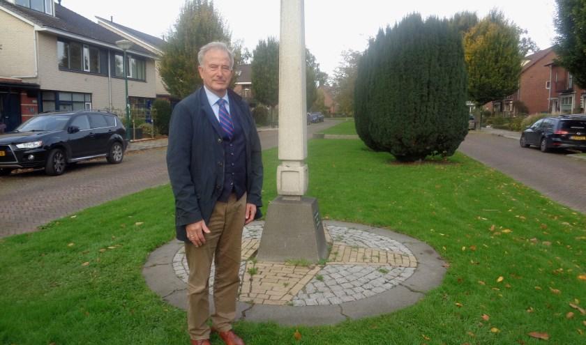 De bekende drogist bij het herdenkingsmonument aan de Meeuwenlaan. Het andere monument staat op de begraafplaats daar vlakbij. Foto: Roy Visscher
