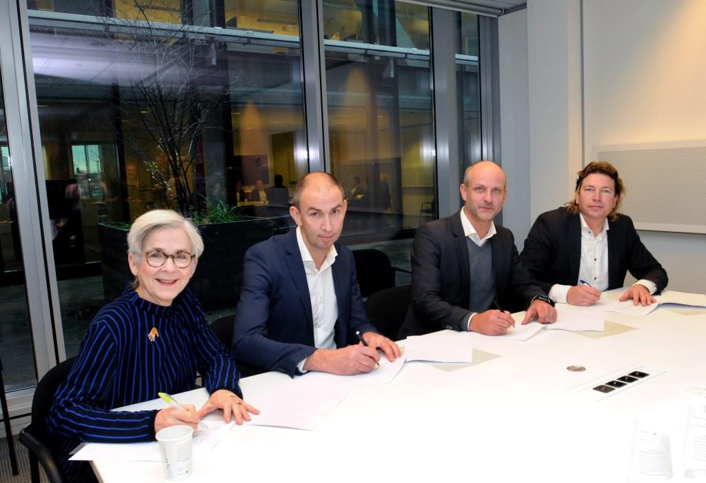 Ondertekenaars aan tafel van links naar rechts: wethouder Karin Schrederhof – gemeente Delft, Aron Bogers – Inbo, Menno Rubbens – cepezedprojects, Vincent Gruis – TU Delft  © DPG Media