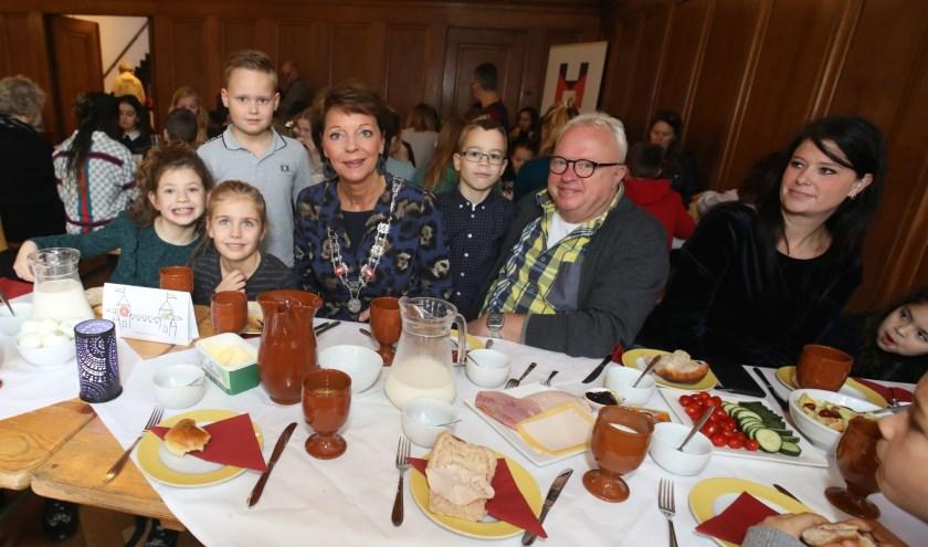 Na de kennismaking met burgemeester Elly Blanksma genieten de leerlingen van 'Hart van het Hout' samen met haar van het gezamenlijke ontbijt.  Foto: Harrie van der Sanden.
