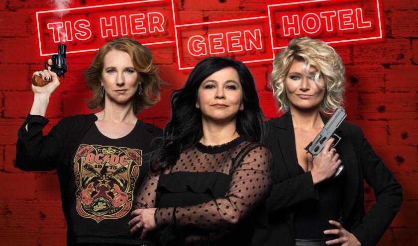 Dianne Liesker, Ellen Dikker en Hanneke Drenth duiken in de wereld van pubers tijdens de voorstelling Tis Hier Geen Hotel. (foto: Govert de Roos)