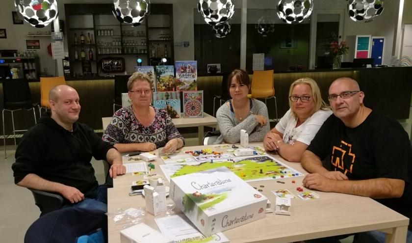 Op de foto vlnr: Edwin Rem, Edith Kasteel (vrijwilliger SKW), Esther Karel, Annie de Boer en Theo Kasteel (vrijwilliger SKW).