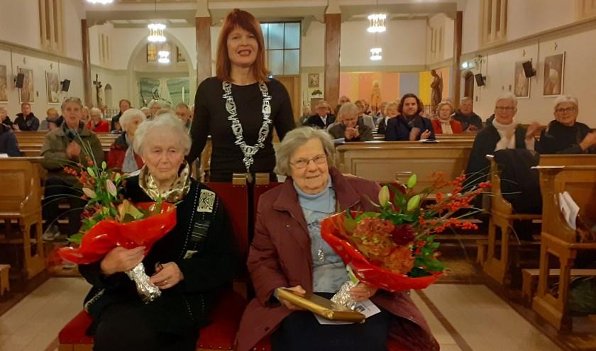 De zusters met burgemeester Cia Kroon, van wie zij de zilveren gemeentespeld hebben ontvanben.