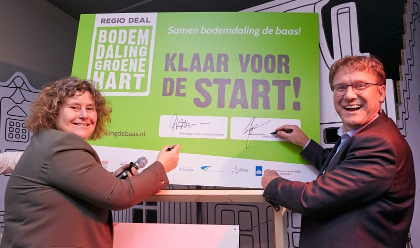 Hilda Niezen en Johan Osinga zetten hun handtekening onder de Regio Deal. Foto: Vincent Basler