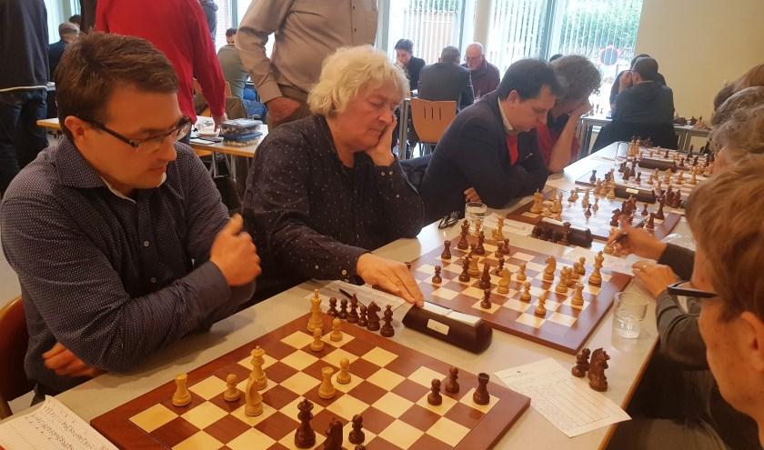Fred Jonker en Jan Timman zorgde met fraaie overwinningen voor twee belangrijke punten aan Wageningse zijde. (foto: Kees Stap)