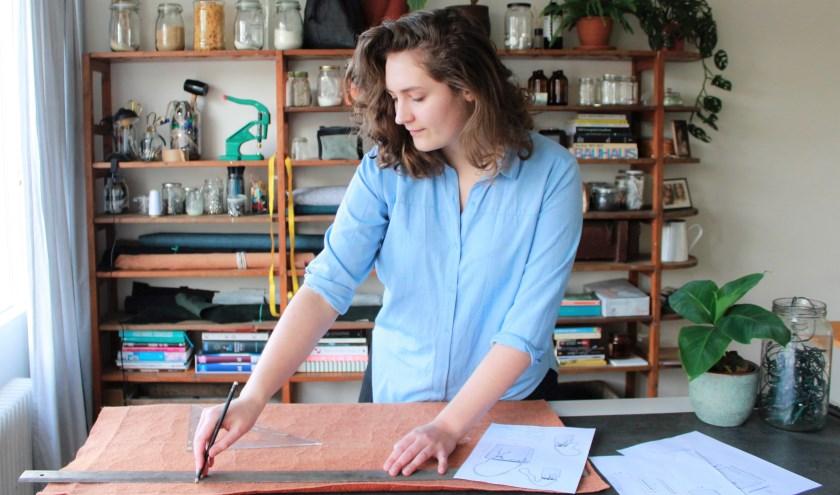 Terry Harmelink aan het werk in haar atelier. (Foto: eigen foto)