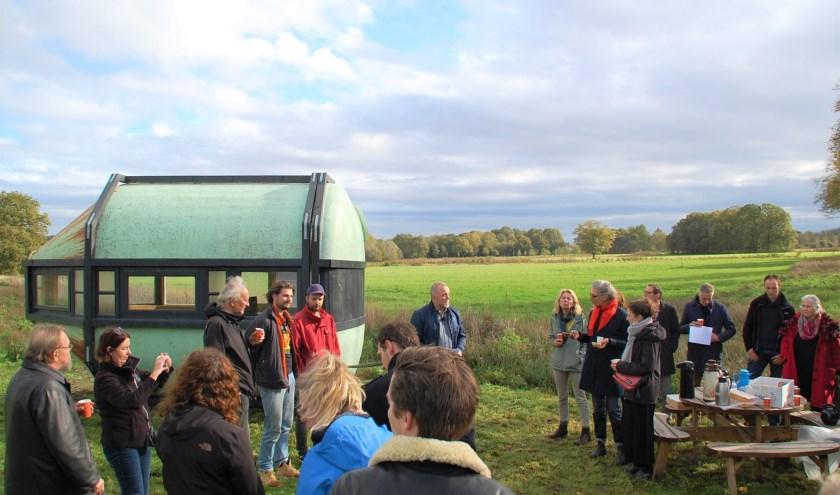 Frans Verouden van Landcoöperatie Dal van de Kleine Beerze houdt een inleiding bij de opening van de landkunstobjecten aan De Donk.