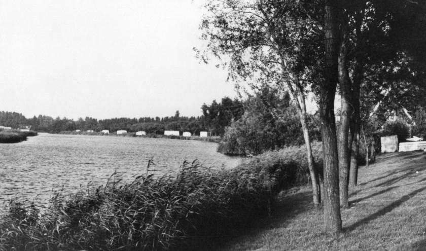 Op deze ansichtkaart uit 1968 ziet u in de verte een camping langs de oever van de Waal in de Achterambachtseweg.