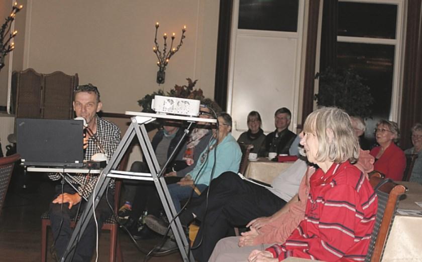 Jan Willem Weiss tijdens de lezing over de spoorweggeschiedenis in zaal Wieleman in Westervoort.