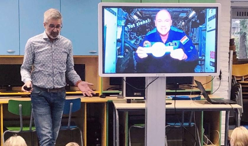 De directeur van Space Expo tijdens de lezing aan de school.
