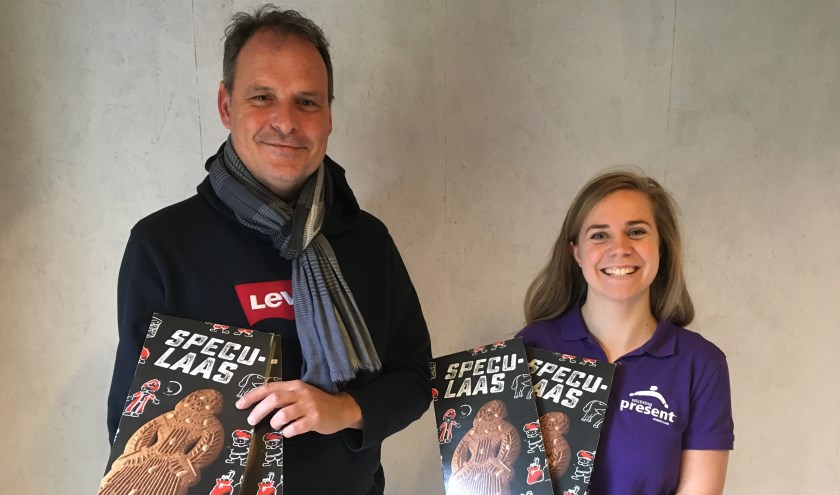 Voorzitter Wim Junte en coördinator Willeke Pieters met de verkochte speculaaspop.
