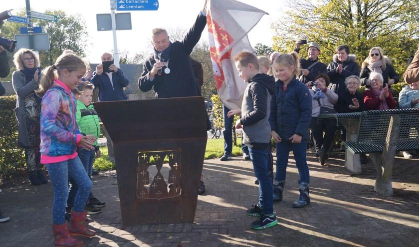 Burgemeester Van Maaren vindt het belangrijk om de historie van het dorp te vertellen aan de jeugd. Daarom hielpen er kinderen bij de onthulling van de zuilen.
