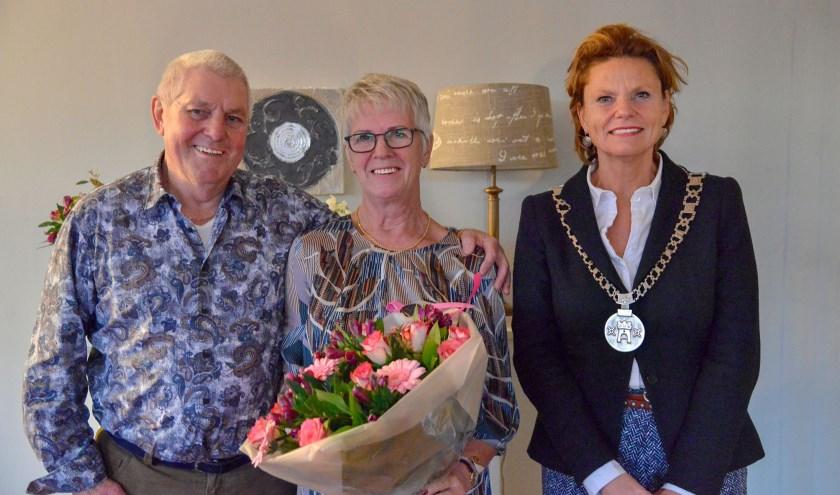 Burgemeester Petra van Hartskamp bracht woensdagmiddag haar felicitaties aan het gouden bruidspaar Koos en Bets van Schaik en ging met ze op de foto. (Foto: Paul van den Dungen)