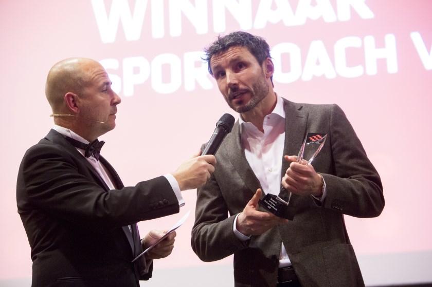 Mark van Bommel (r) spreekt tijdens de Eindhoven SportAwards in februari. De trainer van PSV werd destijds uitgeroepen tot Sportcoach van het Jaar. (Foto: Daan Noordhuizen Fotografie).