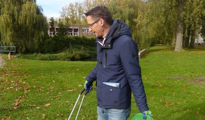 Michiel van de Meijden raapt wekelijks drie volle vuilniszakken zwerfafval. (foto: Hilde Wijnen)