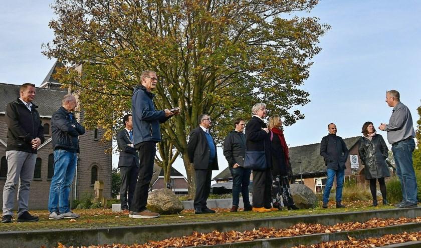 De jury tijdens het bezoek op 25 oktober in Spijk. Guido Ariessen (rechts) legt uit waarom Spijk de prijs moet krijgen. (foto: Ab Hendriks)