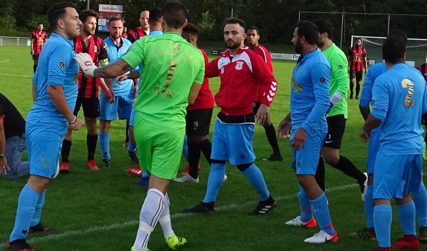 Hoewel spelers van HMSH (in het lichtblauw)  aan de basis stonden van  de matpartij, die tot het staken van de bekerwedstrijd leidde, kregen ze lagere straffen dan drie Deltasport-voetballers.