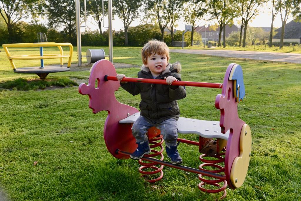 Aaron van Veluw  pas in het dorp en geniet in de speeltuin.  © DPG Media