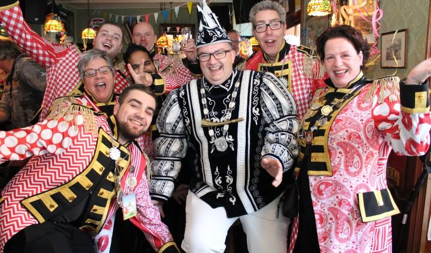 Vrolijke boel op het Elf-Elf Bal van Arti carnaval in Hanzehat onder het motto: 'Kè d'r un handje van'.