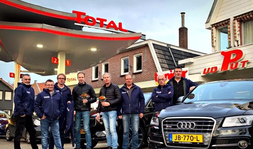 De overhandiging van de jassen aan de teams Scanct Berghuizerbad door Total vd Put.
