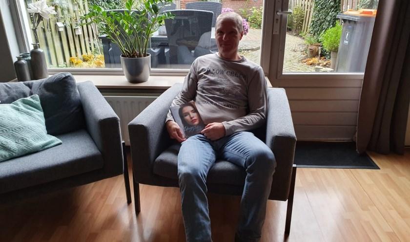 Schrijver Hans Peter van Rietschoten bij hem thuis met zijn boek 'Dirigent zonder stokje'.