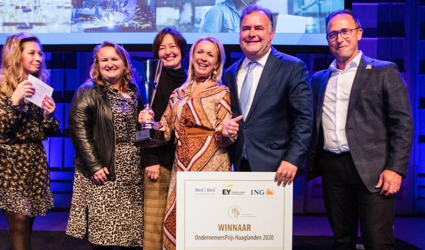 De prijsuitreiking door de Haagse wethouder Saskia Bruines aan de winnares Sylvia Grootscholten tijdens het evenement Den Haag Onderneemt!