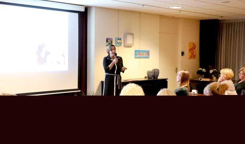 Mireille de Wee, bestuurder van De Riethorst aan het woord tijdens de bijeenkomst. (foto Marieke van Gemert)