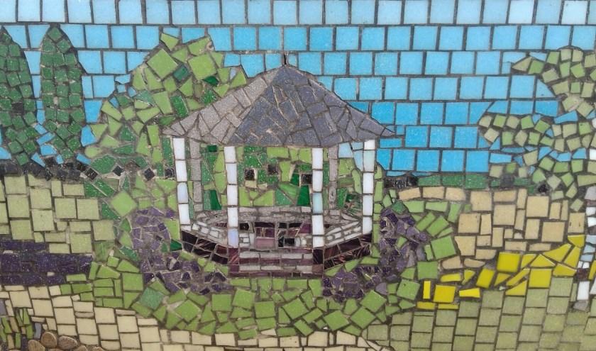 Tent 't Weitje op mozaïek-kunstbank bij kunstijsbaan