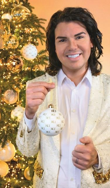 Roy Donders met een kerstbal uit de lijn die hij ontwierp voor Tuincentrum Coppelmans.