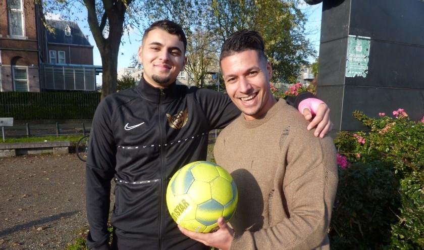 Redouan (links) met Yassine: 'Ik wil kinderen de kans geven om hun talenten te laten zien aan voetbalscouts.'