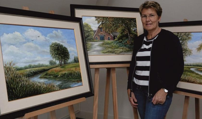 Schilderes Erna Hofman uit Notter exposeert bij het Akkerhus in Ypelo. (Foto: Marian van Hal)