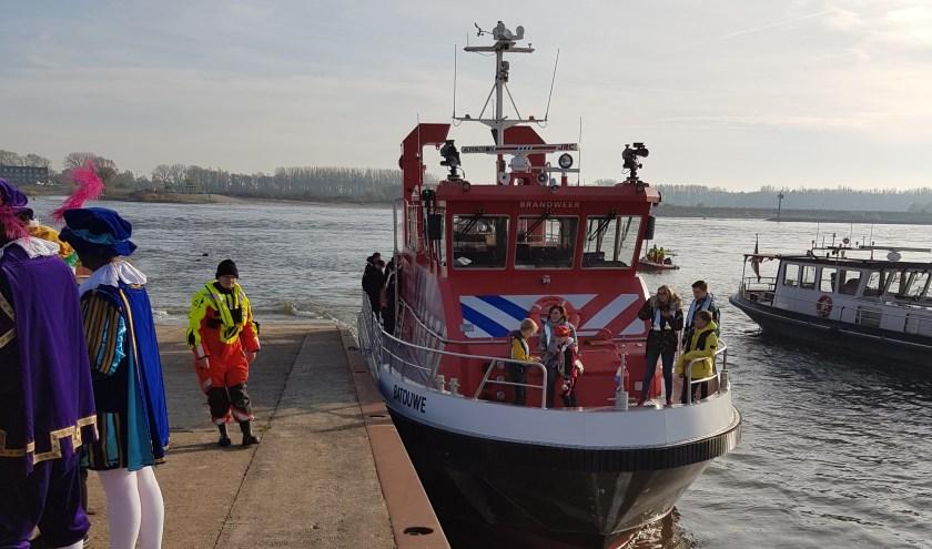 Lid RBTIEL met brandweerboot waar Sinterklaas mee aankwam