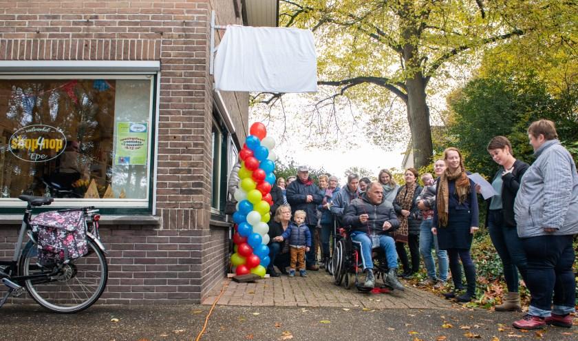 Miranda Radstake voorafgaand aan de officiële openingshandeling van Shop4Nop. Ze wordt geflankeerd door Ellen Bos en Adrianne Hooimeijer.