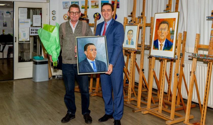 Burgemeester Bezuijen koos uiteindelijk voor het olieverf portret van de maker Hans van der Kaaij. Foto: Wil Kouwer