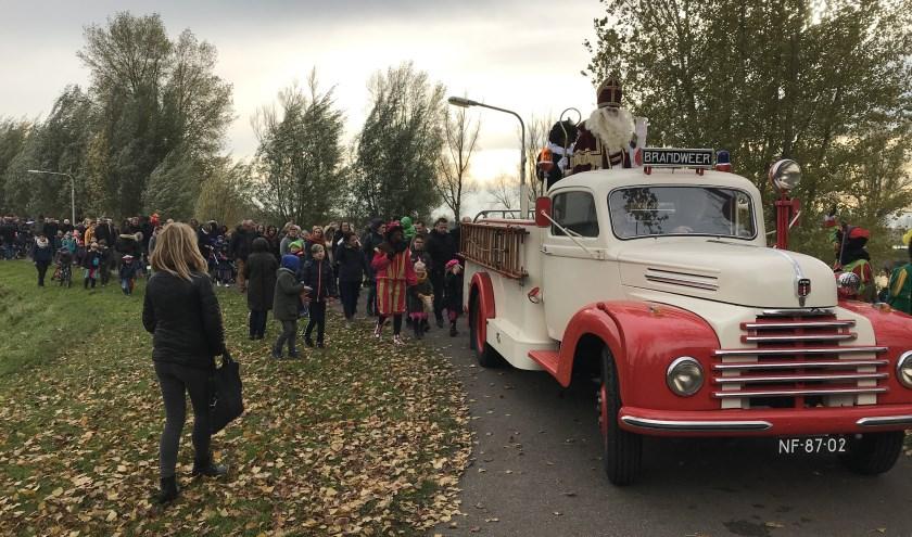 In Hedel werd Sinterklaas vervoerd in een prachtige, oude brandweerauto uit 1948.