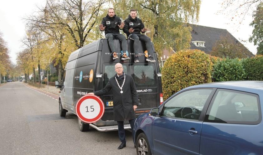 Burgemeester Arend van Hout maant zijn autorijdende dorpsgenoten om de snelheid terug te brengen naar 15 kilometer per uur.