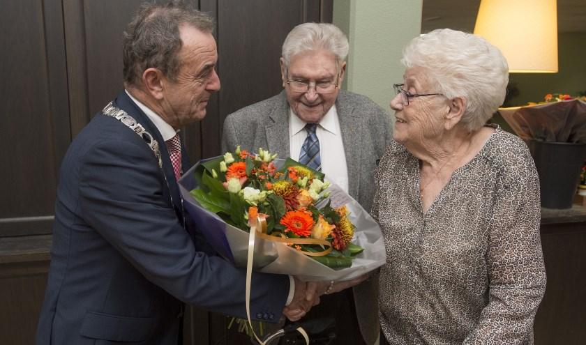 De burgemeester feliciteert het diamanten bruidspaar. Foto: Ron Magielse/Pix4Profs