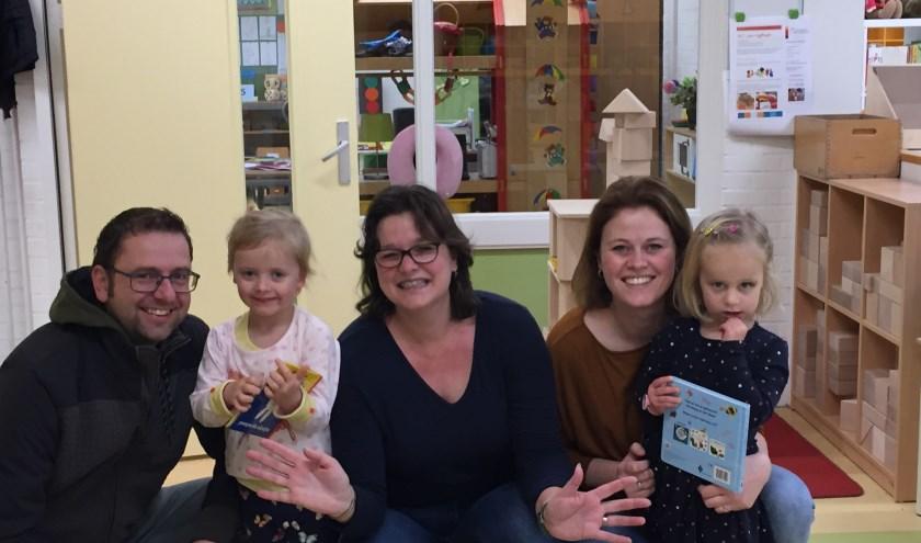 Leerkracht Annemieke Broxks (midden) ontvangt de tweeling Fien en Sara op de Jan Ligthartschool. Zij werden leerling 499 en 500 op de school aan de Van Hogendorplaan.