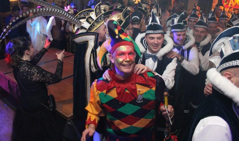 Met de nar voorop en de carnavalsvierders in zijn kielzog wordt op de Elf-Elf bals alvast een voorproefje genomen op carnaval.