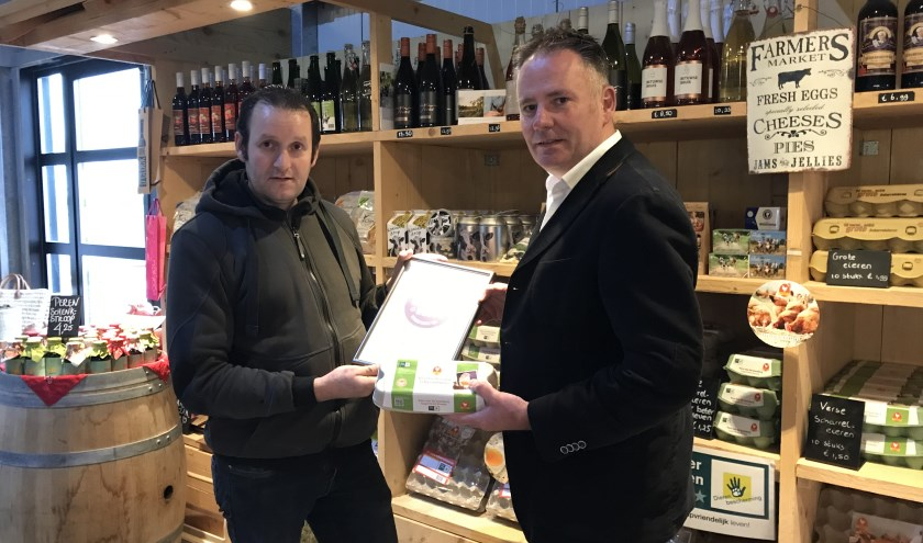 Gertjan Lagerweij van Lagerweij Eieren ontving uit handen van Richard de Bruin, directeur RBT Rivierenland (een van de initiatiefnemers van Betuws Best) het certificaat.