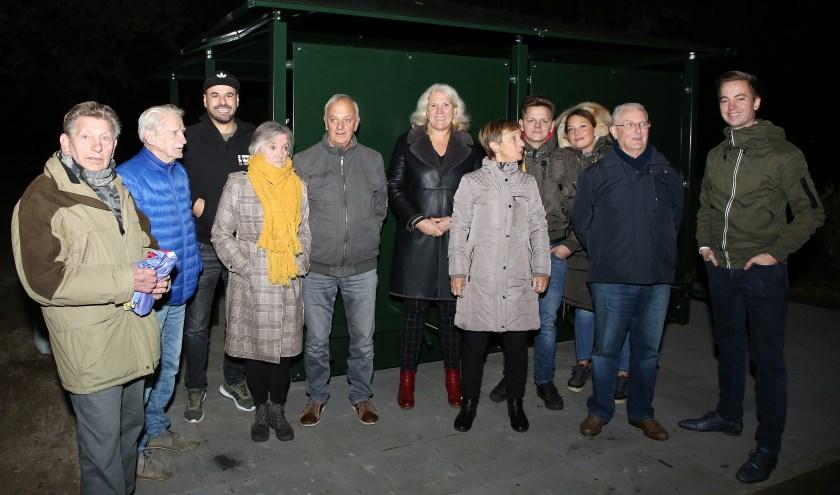 Wethouder Lianne Smit, jongerenwerker, jongeren en buurtbewoners voor de nieuwe JOP.