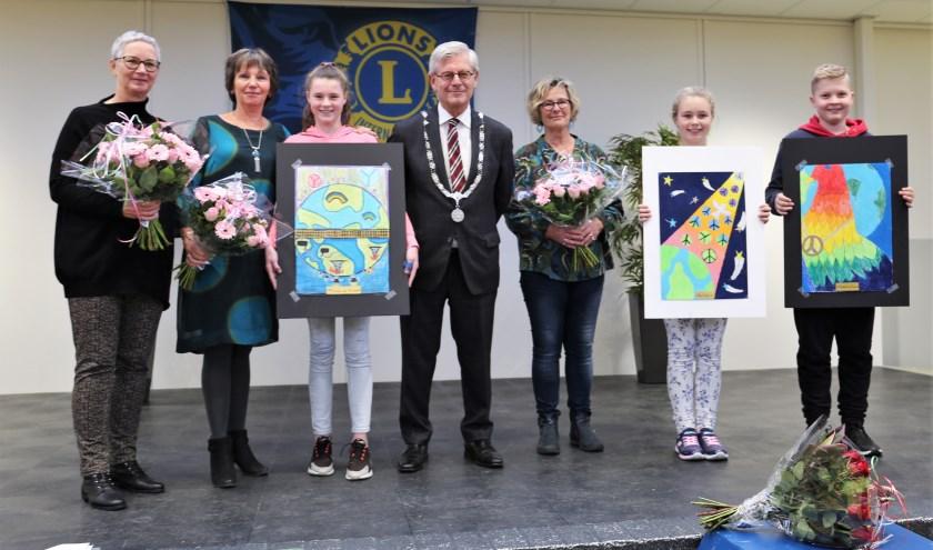 De winnaars samen met de burgemeester, jury en tekendocente mevrouw Wijtenburg. Foto: Fred Roland