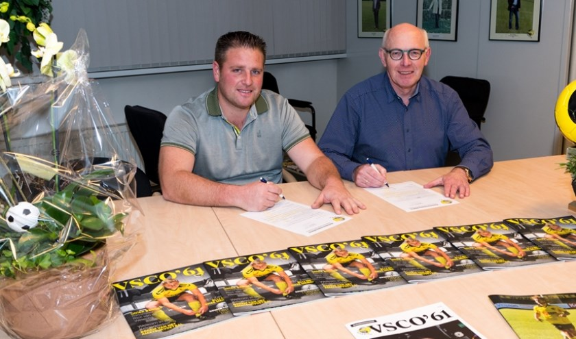 Raymond Junte (l) van RJ Hekwerken en Montage en Lammert Vlieger van VSCO'61 ondertekenen het nieuwe subsponsorcontract.