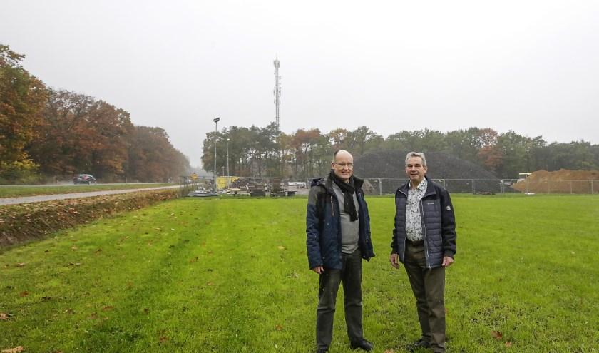 Francois Smits (links) en Jos Peters op de beoogde locatie van een camper-standplaats. Foto: Jurgen van Hoof
