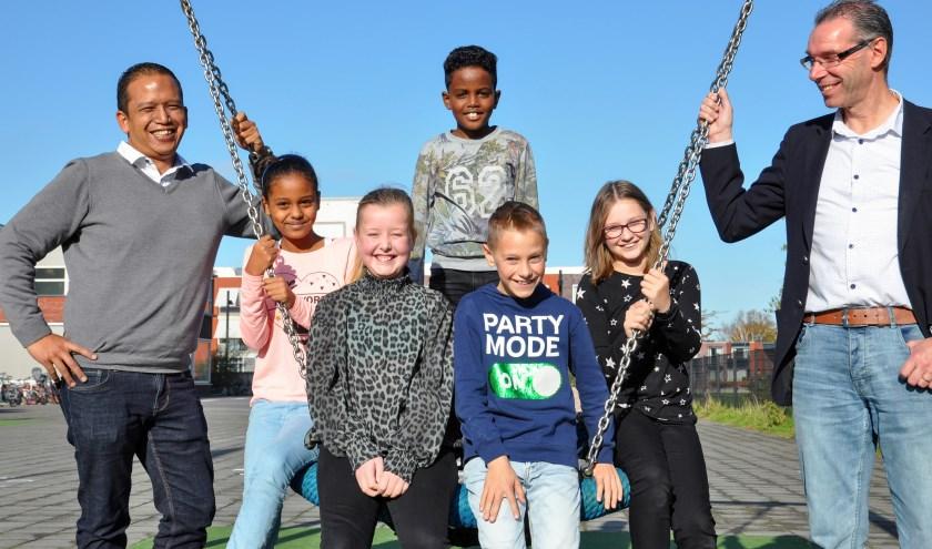 Jongerenwerker Jeroen Kempees, Hermela, Angela, Kebron, Melvin, Joy en scheidsrechter Jan de Vos (vlnr). FOTO: Carrie Frederiks,