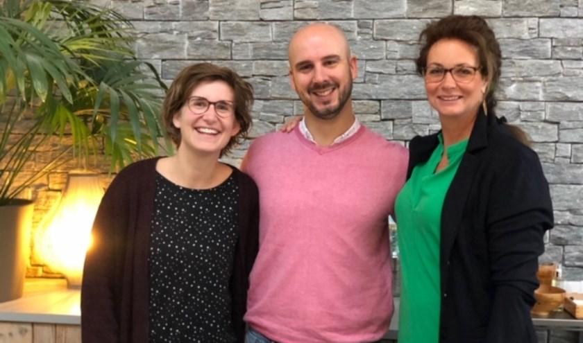 Rechts Jolanda Nijenhuis met naast zich osteopaat Dennis Cordes en mesologe Inge Kuijk