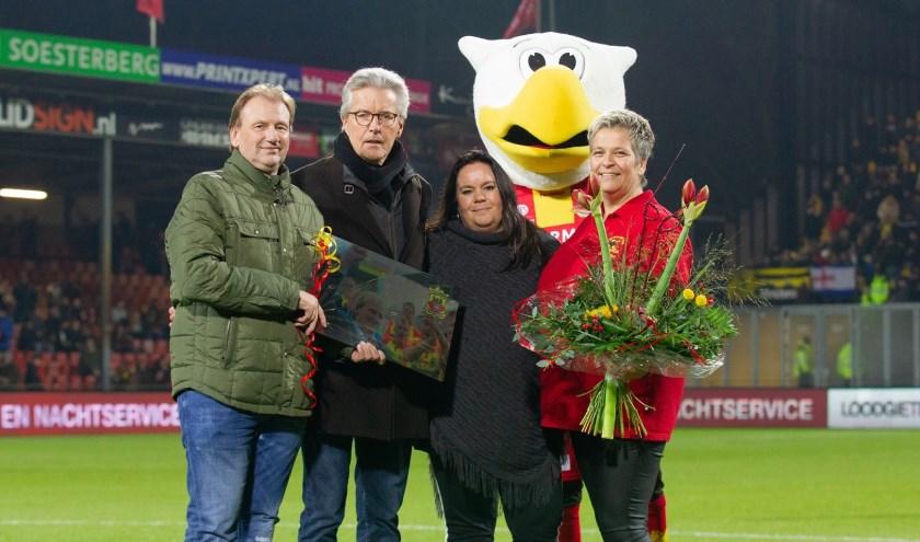Michel Boerebach (links) nam vrijdagavond na 25 trouwe dienstjaren afscheid bij Go Ahead Eagles. (Foto: Henny Meyerink)