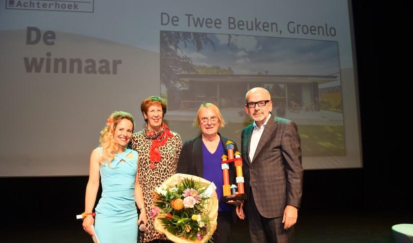 Vlnr Wendelien Wouters (presentatie) Annemarie Jorritsma (boegbeeld architectuurprijs Achterhoek), Erik Wamelink en Harm Tillman (voorzitter vakjury Aprijs).