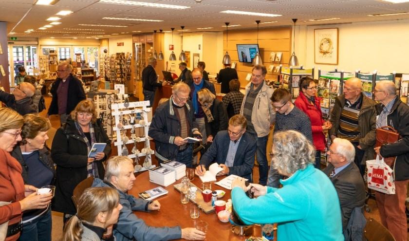 Johan het Lam presenteert zijn boek in de christelijke boekhandel Sjemen. Foto: Frea Kroese